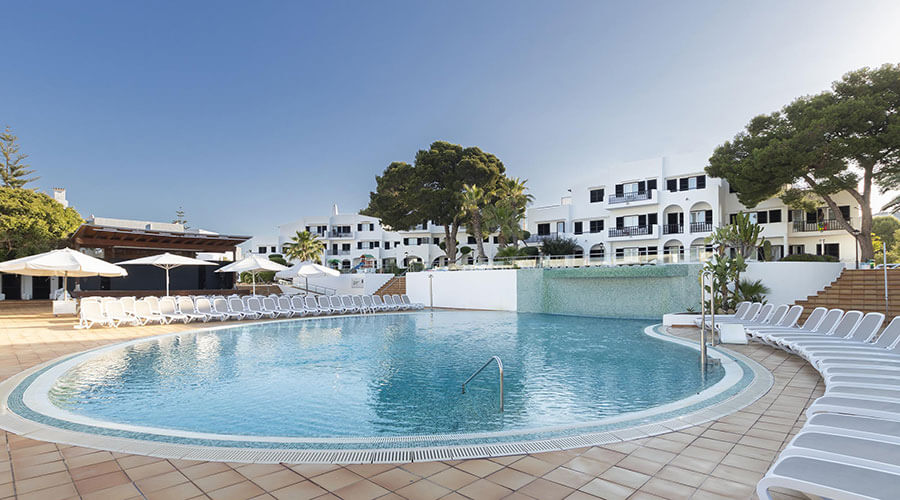 Enjoy the swimming pool of the hotel palia dolce farniente in mallorca