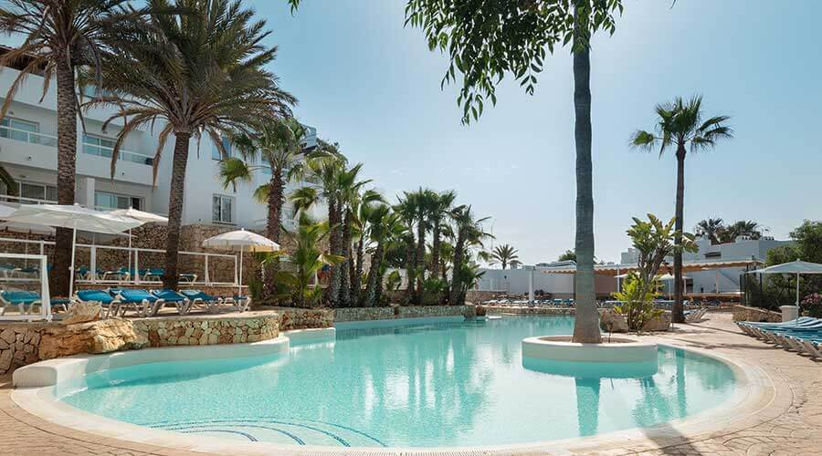 enjoy the summer in the pools of the hotel palia puerto del sol in mallorca